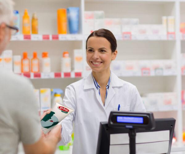 apotheker reikt patiënt een tube Gloup aan